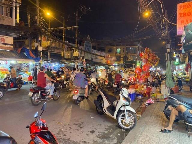 Sang nhượng gấp salon tóc ở đối diện chợ Rạch Ông, Quận 8, Hồ Chí Minh